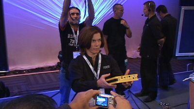 Żółty komputer to referencyjna konstrukcja Intela zbudowana na bazie komponentów wchodzących w skład platformy mobilnej. Przykład komputera VIIV