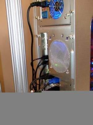Karty graficzne ATI pracujące w trybie CrossFire wymagają połączenia na zewnątrz obudowy specjalnym cyfrowym kablem z rozgałęziaczem wyjść wideo