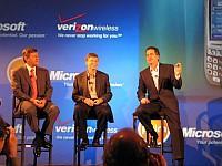 Denny Strigl (szef Verizon Wireless), Bill Gates i Ed Colligan  podczas prezentacji palmtopów Treo z systemem Windows Mobile