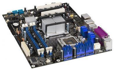 Płyta główna Intela z chipsetem 975X to bardzo nowoczesna konstrukcja. Zawiera aż 3 porty PCI Express x16 (zgodne elektrycznie) w których można zainstalować np. dwie karty graficzne ATI pracujące w trybie CrossFire.