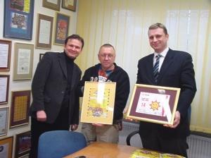 Specjalny certyfikat potwierdzający przekazanie numeru 14 na aukcję zawisł w siedzibie Fundacji. Odebrał go z rąk przedstawicieli Gadu-Gadu Jurek Owsiak.