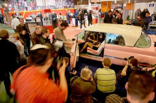 Wystawcy uznali, że prócz kobiet, wdzięcznymi obiektami zainteresowania fotoamatorów będą też samochody. Szczególnie te z duszą.