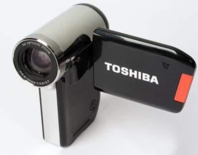 Toshiba Camileo P30 jest przestawicielem kamer, które mają inną budowę niż większość modeli. Kamera jest wyższa i jednocześnie krótsza, co sprawia, że inaczej trzymamy ją w dłoni.