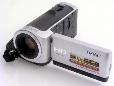 Sony HDR-CX106 to jeden z najnowszych modeli lidera rynku kamer HD. Jej atutem są małe rozmiary i waga oraz stosunkowo atrakcyjna cena