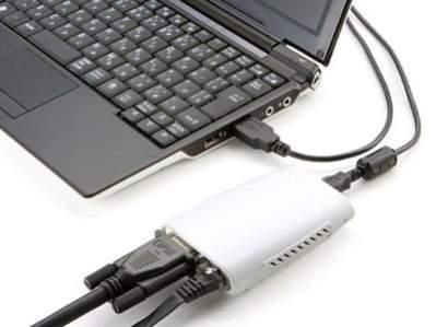 Na zdjęciu widoczny adapter pozwalający na skorzystanie z wyjścia D-Sub oraz Ethernet