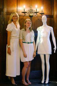 """Maria Szarapowa i Georgie Davies prezentują """"komórkową"""" sukienkę (źródło: zimbio.com)"""