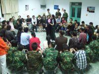 Grupa podczas wspólnej rozmowy z psychologami i rodzicami