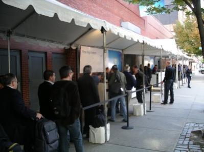 Kolejka dziennikarzy czekająca na wejście na premierę Windows 7 w Nowym Jorku