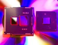 Na zdjęciu widać procesor Core i5 661 oraz chipset H55. Procesor zawiera widoczne dwa elementy - większy to procesor graficzny, mniejszy procesor ogólnego przeznaczenia.