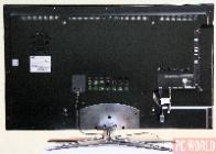 Samsung UE40C7000 jest chłodzony całkowicie pasywnie. Pomagają w tym metalowe plecy służące jako radiator.