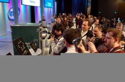 Uczestnicy konferencji fotografują tablice na których Intel zaprezentował wszystkie aktualne i przyszłe lecz będące już w fazie testów procesory dwurdzeniowe