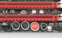 Niektóre płyty główne oferują specjalny przełącznik lub przycisk do odblokowywania nieczynnych rdzeni bez konieczności wizyty w BIOS-ie.