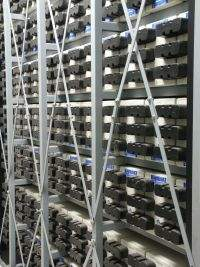 Zestaw wydajnych akumulatorów przygotowanych do zasilania awaryjnego