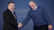 Stephen Elop i Steve Ballmer podczas podpisywania umowy Nokia - Microsoft. Współpraca firm na rynku smartfonów elektryzuje fanów IT na całym świecie.
