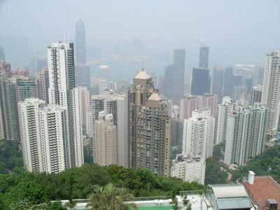 Hongkong widziany z otaczających go wzgórz. Miasto rośnie w górę, bo przestrzeń życiowa jest w cenie
