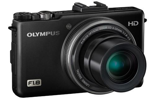 Olympus XZ-1 dysponuje superjasną optyką - największy otwór przysłony wynosi f/1,8. Ten niewielki aparat został dobrze dopracowany pod względem ergonomii. Bardzo przydaje się na przykład pierścień zmiany wartości okalający obiektyw.