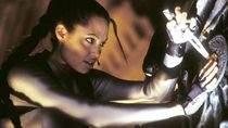 We wcześniejszych filmach w Larę Croft wcieliła się Angelina Jolie