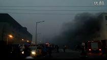 W tle widoczny dym powstały w skutek eksplozji