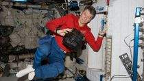 Astronauta ESA Paolo Nespoli z kamerą ERB-2 (zdjęcie: NASA)