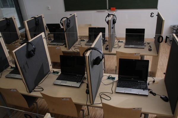 Sale językowe mogą być bardzo nowoczesne - wyposażone w komputery dla uczniow i sprzęt nagrywający.