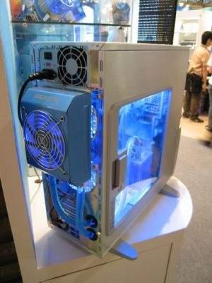 12-centymetrowy wentylator zamontowany na ogromnym radiatorze montujemy z tyłu odbudowy. Całość pracuje praktycznie bezgłośnie