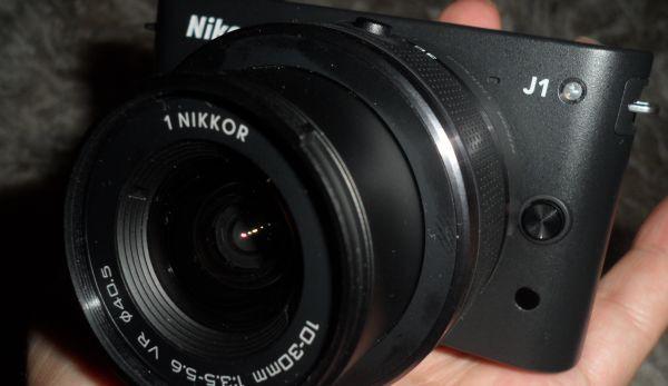 Nikon J1 w ręku