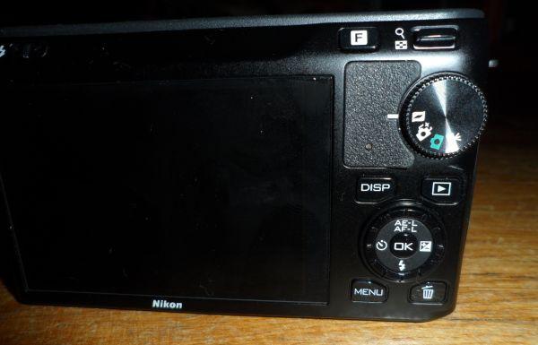 Nikon J1 z tyłu