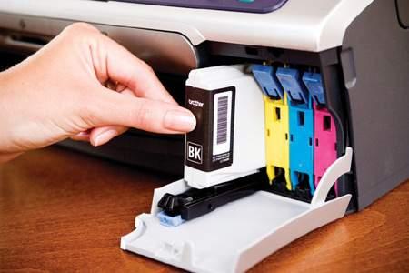 Jeśli chcemy uniknąć problemów z wykorzystaniem tylko jednego pigmentu, powinniśmy kupić urządzenie wykorzystujące nie dwie, a co najmniej cztery kasety z tuszami.
