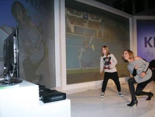 Natalia Kukulska z to fanka gier na Xbox Kinect. Na zdjęciu - rozgrywa mecz tenisowy z synem Jankiem.
