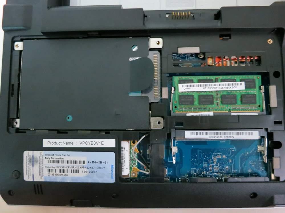 Sony VAIO VPCYB3V1E - wnętrze laptopa