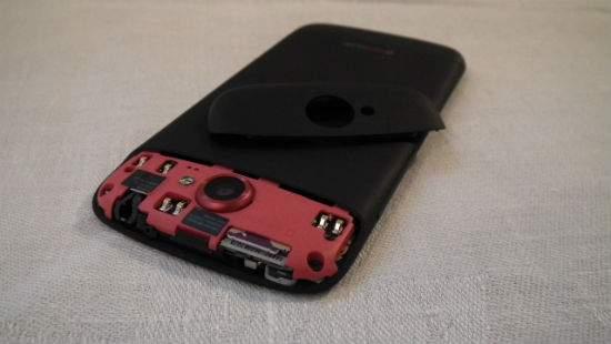 Zdjęcie klapki pozwala na montaż karty microSIM, i nic więcej.