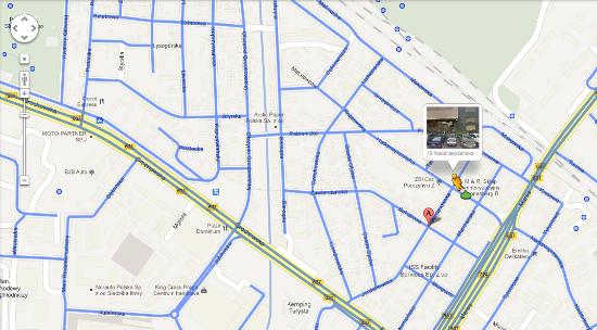 Po przytrzymaniu pomarańczowego ludzika w Google Maps wyświetlają się niebieskie linie, które pokazują pokrycie Streetview