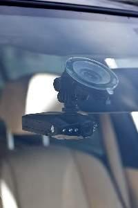 Rejestrator mocuje się zwykle na szybie, tak jak nawigację ale w jej górnej części