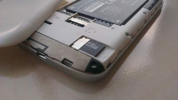 Do wymiany karty microSD nie potrzeba wyciągać baterii