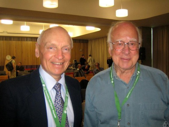 Peter Higgs, po prawej (Creative-commons)