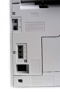 Uzbrojenie czterofunkcyjnego kombajnu. Od góry gniazdko USB, port sieciowy, poniżej gniazdka telefoniczne do faksu: dwa liniowe i jedno do słuchawki. Jeszcze niżej standardowe podłaczenie zasilania. Zwykle z przodu jest jeszcze prostokątne gniazdko USB i coraz częściej dioda sygnalizująca działanie