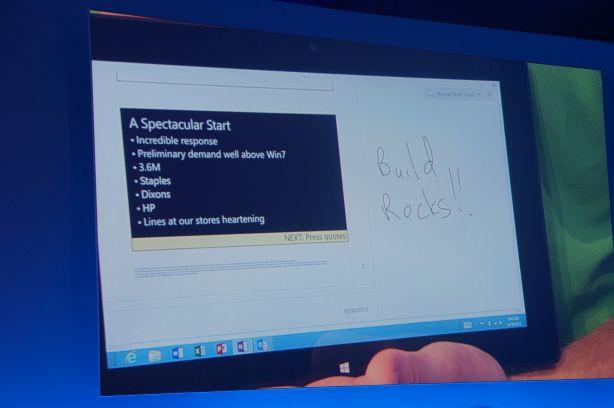 Napis widoczny na ekranie tabletu został wykonany w czasie rzeczywistym za pomocą rysika na smartfonie Lumia.