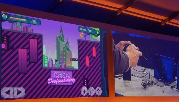 Gra zaprezentowana na slajdzie może być obsługiwana za pomocą panelu dotykowego, klawiatury czy podłączonego pada od Xboksa. Przełączenie pomiędzy poszczególnymi sposobami następuje natychmiast.