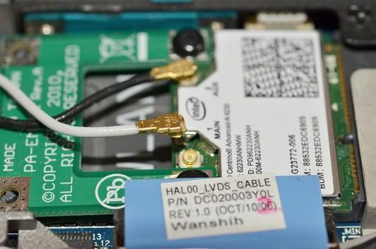 Gdy sygnał sieci bezprzewodowej pogarsza się lub zanika, być może poluzowała się wtyczka anteny w module WLAN.