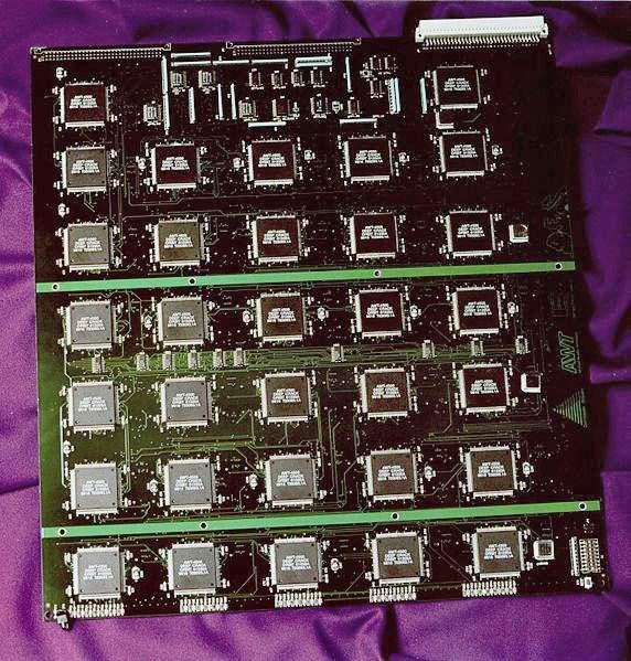 Łamanie szyfrów bez wejścia od tyłu – stworzony przez Electronic Frontier Foundation superkomputer Deep Crack składający się z 1536 takich procesorów złamał pewien szyfr metodą ataku siłowego w ciągu 56 godzin. (Źródło: Electronic Frontier Foundation)