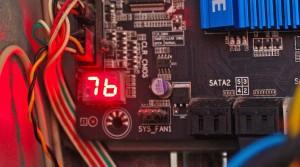 Stan i kody błędów – nowsze płyty główne informują o swojej sprawności nie tylko sygnałami dźwiękowymi, lecz także wizualnie za pośrednictwem wyświetlacza LED. Znaczenie poszczególnych kodów POST objaśnia instrukcja obsługi.