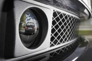 System automatycznego dostosowywania prędkości i odstępu w pojazdach BMW wykorzystuje czujniki radarowe, aby samodzielnie wykonywać manewry przyspieszania i hamowania w zatorach drogowych i przy dużym natężeniu ruchu. W razie potrzeby zatrzymuje pojazd. (źródło: BMW)
