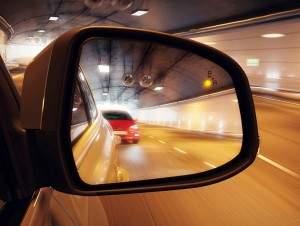 System monitorowania martwego pola widzenia w pojazdach Ford wykrywa za pomocą czujników radarowych pojazdy znajdujące się poza zasięgiem wzroku kierowcy i ostrzega wizualnie diodą w lusterku bocznym.  (źródło: Ford)