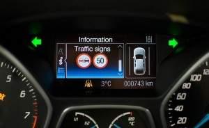 System automatycznego rozpoznawania znaków drogowych informuję kierowcę np. o ograniczeniach prędkości i zakazach wyprzedzania. Dzięki temu kierowca może poświęcić więcej uwagi sytuacji na drodze. (źródło: Ford)