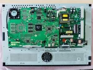 Monitor graficzny po zdjęciu obudowy przypomina peceta.