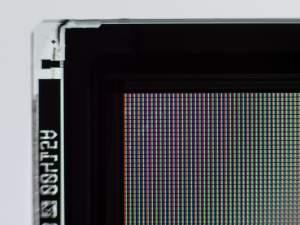Powiększony fragment matrycy. Widoczne są subpiksele z filtrami RGB.