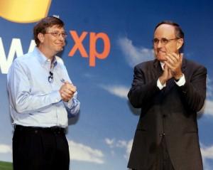 Bill Gates (pełniący w 2001 roku funkcję głównego architekta oprogramowania Microsoftu) oraz burmistrz Nowego Jorku Rudolph Giuliani podczas oficjalnej premiery Windows XP