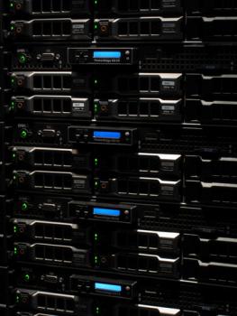 """Krakowski Kei.pl dostarcza usługi hostingowe z własnego centrum danych. Korytarze ciepłego i zimnego powietrza zapewniają właściwe chłodzenie serwerów umieszczonych w kontenerach z szafami serwerowymi 19""""."""