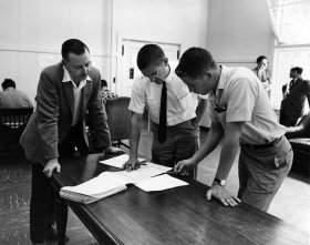 Twórcy Basica - Kemeny (pierwszy z lewej) oraz Kurtz (w środku)