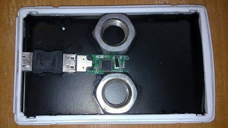 Miał to być 500-gigabajtowy dysk Samsunga. We wnętrzu znalazła się jednak jedynie pamięć USB o pojemności 128 MB oraz dwie nakrętki, które pozwoliły uzyskać oszustowi odpowiednią wagę.
